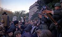 反戦集会 1967 by Wikimedia Commons